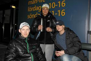 På plats. Patrik Starborg, Therese Gylén och Johanna Axelsson-Höggren var väl förberedda inför den kommande nattens väntan när VLT hälsade på strax före klockan 22 på torsdagen.