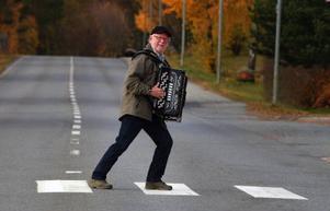Folke Lindqvist, dragspelare i övergångsåldern, på riksturné tillsammans med Sören Rydgren.                                                                                                              Foto: Ingvar Ericsson