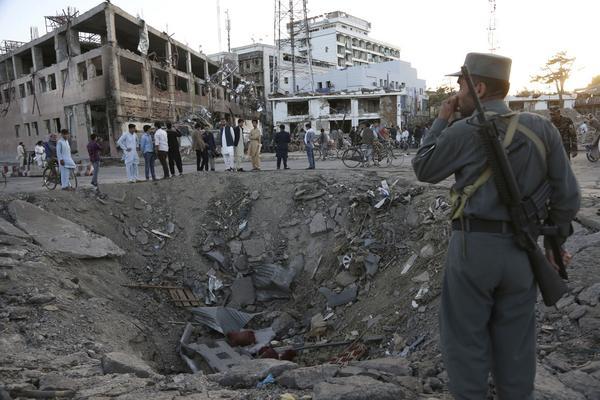 31 maj 2017. Säkerhetsstyrkor vid den tyska ambassaden i Kabul, Afghanistan, efter att en av flera bomber detonerat. 150 människor dog och 350 skadades i terrordådet.