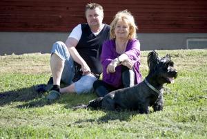 Kjell Roos och Kikki Danielsson kör i år sina allsångskvällar på Bolle. Här med skye terriern Eddie.