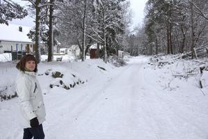 Här, vid den gamla järnvägen i Fors, ska det bli gång- och cykelstråk, visar Anneli Karlsson. En hel del jobb har redan gjorts, bland annat avverkning av träd.