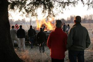 Att tänka på vad man eldar och att vara förberedd för att det kan sprida sig är viktigt inför majbrasan.