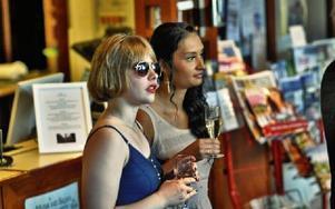 Som värsta filmstjärnorna, studenterna vimlade med drink i foyen på hotel Dalecarlia i väntan på att alla skulle anlända.FOTO: BOEL FERM