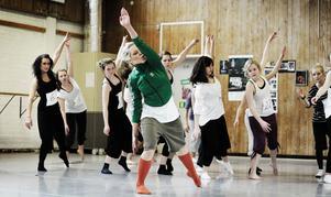 Hanna Rosén, i grönt, är koreograf och danslärare för esteterna på Torsbergsgymnasiet i Bollnäs. Vid söndagens uttagningar var hon också jurymedlem, tillsammans med Camilla Luchessi och Sofia Nohrstedt.