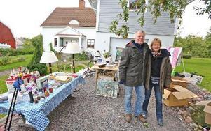 Ove Damlin och Anna Lidh hade rensat garaget på gamla prylar efter dödsbon. Foto: Johnny Fredborg