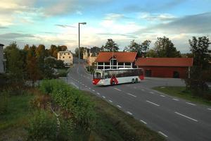 dålig sikt. Oroade busschaufförer vill inte behöva köra ut i korsningen för att se om det kommer någon bil norrifrån. Förhoppningen är att Ockelbo kommun går med på att flytta busshållplatsen till andra sidan gatan.