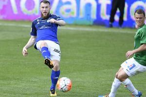 Rúnar  Sigurjónsson i mötet med Jönköpings Södra IF. En match som kan ha varit hans sista i GIF-tröjan.