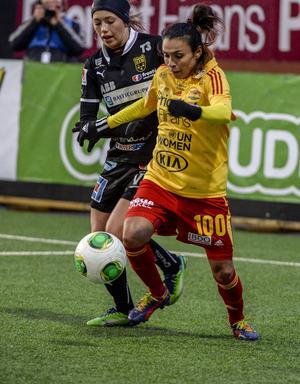 Elin Landström, född 1992, jagar Marta i en match mellan Tyresö och Umeå 2013. Hon spelar fortfarande i Umeå.