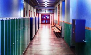 Det är i den här korridoren på Vattudalsskolan i Strömsund som skolan har stängt av ett klassrum och kuratorns kontor. Även skolsköterskan har fått flytta till andra lokaler. Foto: jonas ottosson