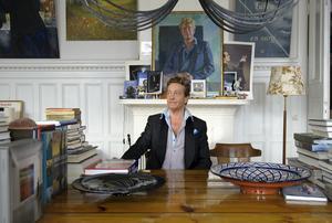 Författaren Björn Ranelid fotograferad i sitt hem på söder i Stockholm. Porträttet i bakgrunden som föreställer Ranelid är målat av konstnären Gerhard Nordström.