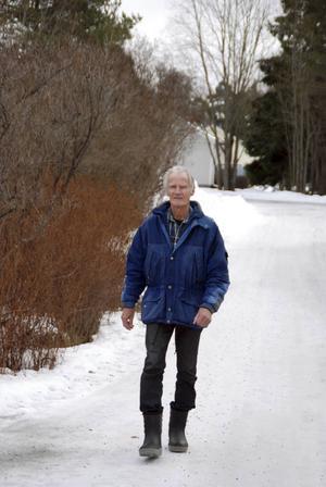 Att motionera regelbundet är nog Ackes viktigaste tips för att hålla sig frisk. Här vandrar han längs Radhusvägen i Krokom.