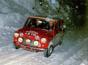 Med Cooper S vann man flera viktiga segrar både i rally och på bana. Här körs Monte Carlo-rallyt, ett evenemang som togs hem av Hundkojor tre gånger under 1960-talet.
