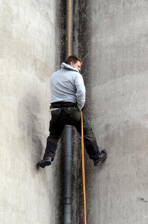 För att syssla med den extremaste varianten av geocaching krävs både speciella kunskaper och utrustning. Deltagarna i eventet är utbildade klättrare.