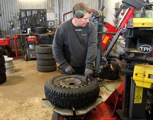 Thomas Larsson i färd med att slutföra monteringen av ett nytt dubbdäck.