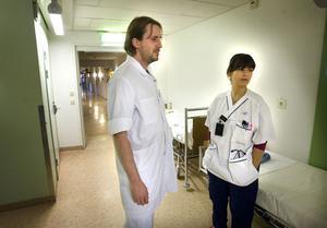 Joakim Hedov och Panis Fadaei och många av deras kollegor bland AT-läkarna och ST-läkarna börjar vända blickarna mot andra sjukhus.