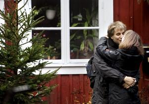 Passade på. En puss i advent förgyllde i det trista vädret för Matthias Garbin och Raija Hawly. De studerar på Örebro universitet, men ska åka hem till Tyskland och fira julen där.