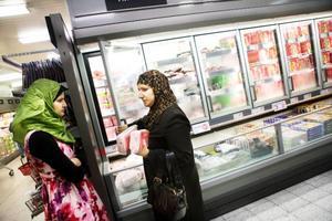 Hadeer och Fatma Albadri köper halalslaktat nötkött som de ska äta någon av de kommande kvällarna efter solens nedgång.Foto: Lars-Eje Lyrefelt