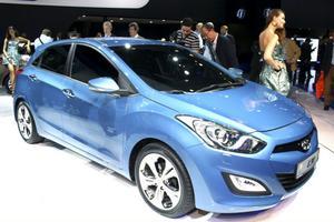Hyundai i30. Nästa vår kommer Hyundais bästsäljare i30 i nytt tufft utförande. I30 har blivit mer maskulin med kantigare utseende och fått den sexkantiga grillen som nytt ansikte. Tre bensin och tre dieslar finns att välja mellan, alla miljöbilar med under 100 gram koldioxidsutsläpp per kilometer.