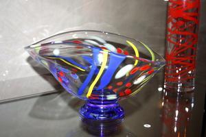 Glaskonstnären Monica Domert, verksam i Strömbergshyttan, ställde ut unika glaspjäser i Sandbergs Bosättning. Den här går under namnet Elips.