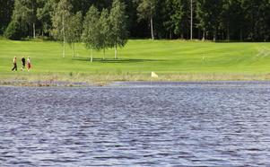 Golfbanan i Rösaberg har drabbats av en rejäl översvämning. Det myckna regnandet, två översvämmade bäckar som sammanstrålar vid banan och en underdimensionerad vägtrumma som ska ta emot vattenmängderna är huvudskälen.
