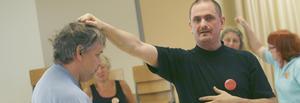 MEDRYCKANDE ÖVNINGAR. Kent Persson visar hur man rycker någon i håret på teatervis. FOTO: MAGNUS ERICSSON
