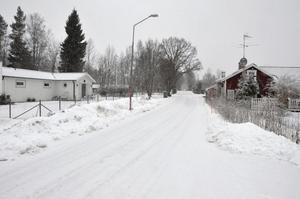 Nytt avlopp. Vretavägen mellan Lanna lodge och gamla E 18. Här vill 18 fastighetsägare ha kommunalt avlopp.