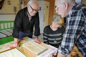 Finnskogsentusiasten Kjell Söderlund får äntligen se kungens brev, i Alice Johanssons och Kjell Fasths kök.