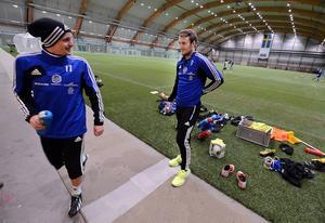 Ex-Giffaren Ari Skúlason och Rúnar Már Sigurjónsson i samspråk under en träning med GIF.