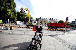 Malin Nordström, med sonen Hugo, tycker att det är bra med mindre trafik i centrum.