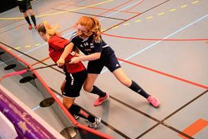 kämpar om segern. Det blev strid på kniven när WSK Lindesberg och Nora IBK möttes i idrottshallen. WSK hämtade upp ett underläge på 1-3 inför sista perioden och segrade med 5-4 mot Nora IBK.