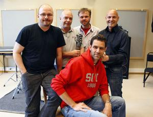 Jörgen Ohlzon, Lasse Norin, Jörgen Åberg (sittande), Peo Eriksson och Micke Ohlsson utgör bandet Extract. I maj kommer de tävla om att bli utsedd till Hälsinglands bästa dansband.