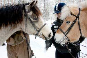 Hanna Johansson och Elisabet Johansson är kompisar sedan dagis. Nu vill deras hästar Jezzie och Minos också knyta vänskapsband.