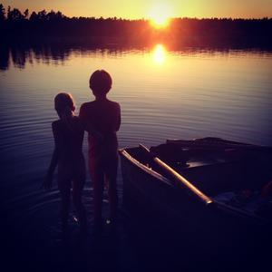 Jag Jeanette har tagit bild på mina barn en kväll då vi rodde ut för att bada i solnedgång. Magisk sommar en tropisk kväll vid Simpnäs. Foto Jeanette Sundberg