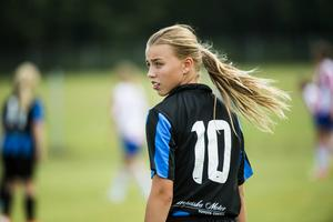 Vera Hutchinson-Kay, 13, spelar Drakcupen med sitt Täby FK och laget mötte KB65 i sin första match. Täby tog ledningen, men matchen slutade 1–1.