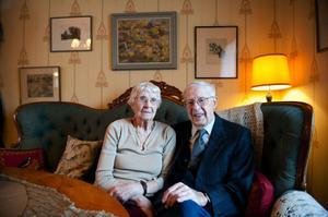 Under sitt snart sextiosexåriga äktenskap har Britta och Ingvar Gladén bland annat rest jorden runt.  Den resan gjorde de 1978.