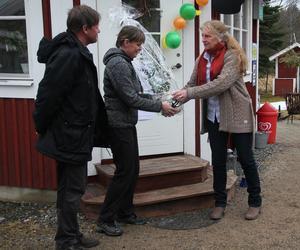 Mariana Femling från länsstyrelsen överlämnar en blomma till Lotta Persson från Lotta-Boden.