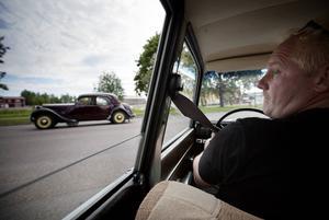 Håkan Röstlund håller koll på att alla bilar kommer med på resan.