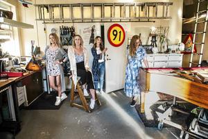 Emma Näsberg, Erika Elmqvist, Linnea Kibe och Ida Carlén i pianoverkstan där de brukar repa.