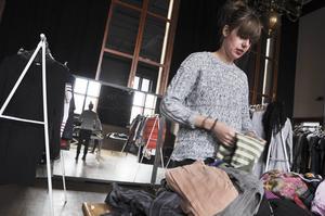 Det är lugnet före stormen när Mathilda Björk viker och sorterar kläder under Naturskyddsföreningens klädbytardag. En timme senare kommer de som lämnat in kläder att välla in i lokalen för att försöka göra fynd.