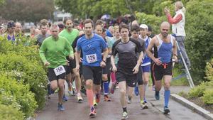 Start. Löparna som skulle springa 10 kilometer var snabba iväg.