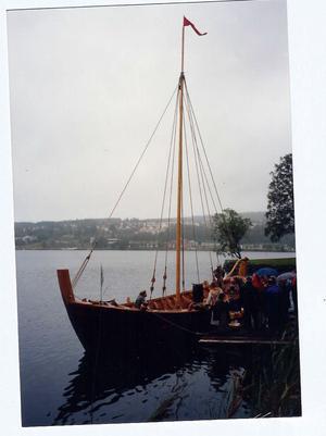 """Spelet om stormningen av Styresholm 1434 hade premiär 1991 uppe vid älven i Prästmon. Arrangörerna var angelägna om att ha med en tidsenlig farkost. Efter en medeltida förebild byggdes därför båten """"Styra"""". Dess namn kommer av vad man tror är ett äldre namn på Ångermanälven. Ur Bo G Halls samlingar."""