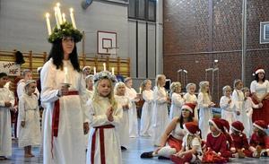 Ingångsnummer. Lucia Julia Ståhl, 25 småtomtar, 50 tärnor och 25 stjärngossar inledde showen.