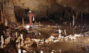I Bruniquel-grottan i sydvästra Frankrike har forskarna upptäckt gåtfulla stenformationer som tros vara gjorda av neandertalare. Foto: Etienne Fabre