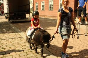 Angelina Englund Nivala provade på ponnyridning.