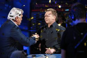 Här gratuleras den nyblivna miljonären av den vikarierande programledaren Jesper Aspegren.