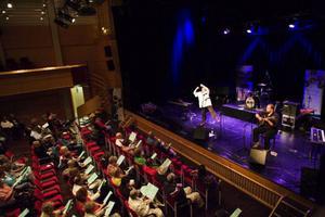 Över 200 personer kom till Folkets Hus i Östersund för att bland annat se Lena Bengtsson sjunga.