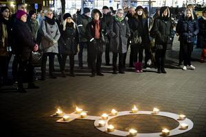 ljus mot våld. En manifestation på Våghustorget på FN:s internationella dag för avskaffande av våld mot kvinnor. Foto: Lennart Lundkvist.