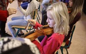 """""""Jag kommer nog att börja spela något instrument"""", säger Moa Sandin efter lektionen. Foto: Johnny Fredborg"""