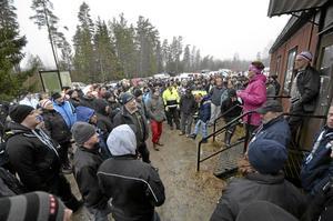 Snart start. Rallysprinten Hällerundan är en omtyckt tävling och drar mycket folk. 60 ekipage kom till start, här genomgång innan med tävlingsledare Marielle Böe.