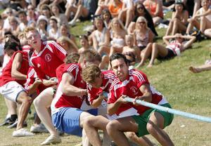 Elever från Rudbeckianska gymnasiet gör vad de kan för att vinna dragkampen.
